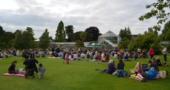picnics on the grass at cambridge botanic gardens